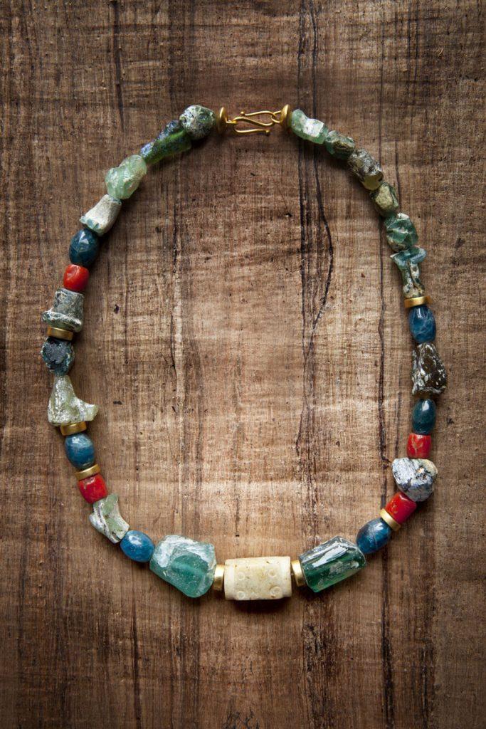 antikes Glas (römisch, ca. 2000 Jahre alt, Fundort: Afghanistan), Koralle, Kyanit, geschnitzte Jade, 925er Silber, vergoldet