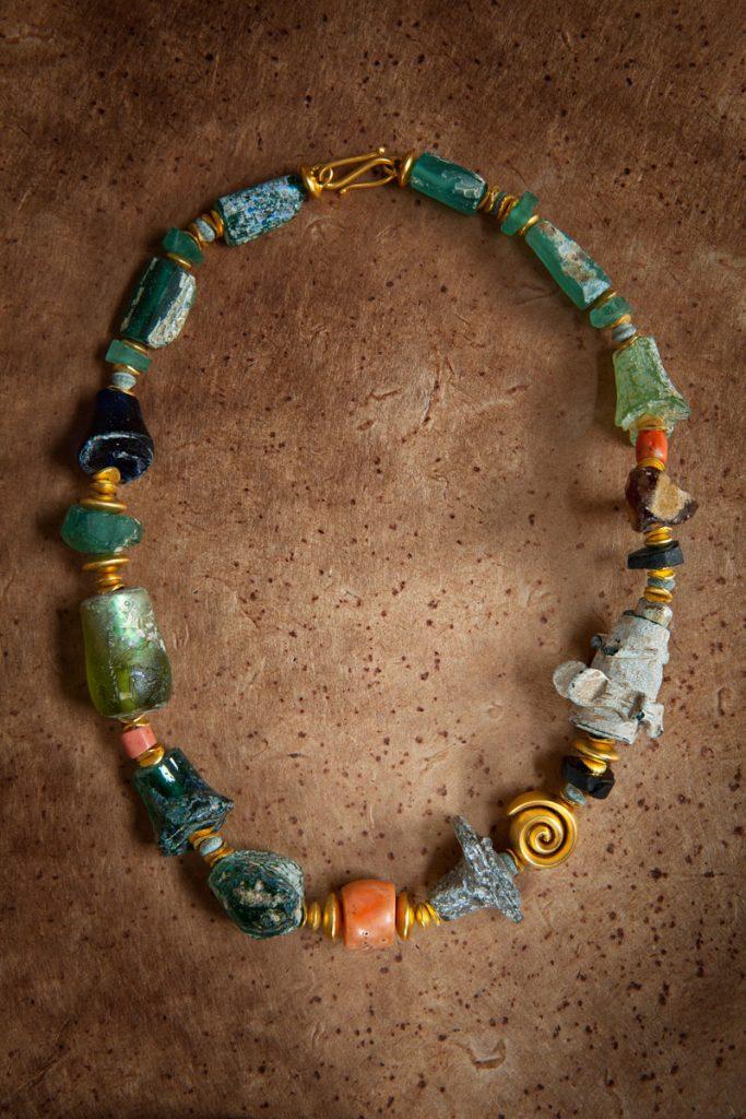 antikes Glas (römisch, ca. 2000 Jahre alt, Fundort: Afghanistan), Koralle, 925er Silber vergoldet