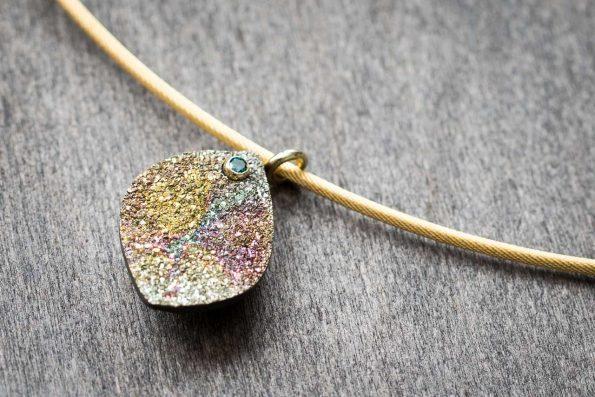 Regenbogenpyrit mit einem blauen Brillianten, 585er Gold